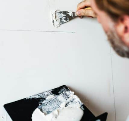 wypełnianie pęknięć w ścianie